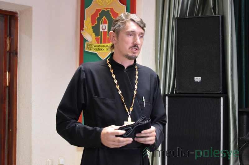 Православный священник говорит напутственные слова
