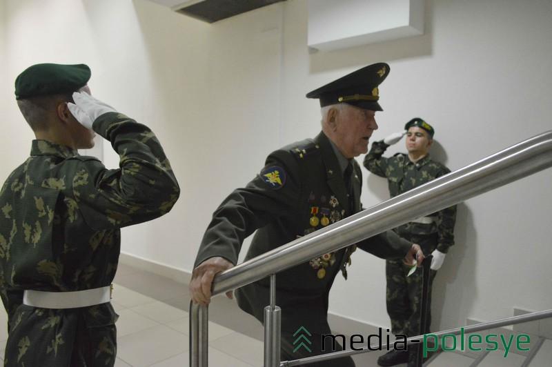 Пограничники приветствуют почётного гражданина Пинска Бориса Благовидова  Фото 7
