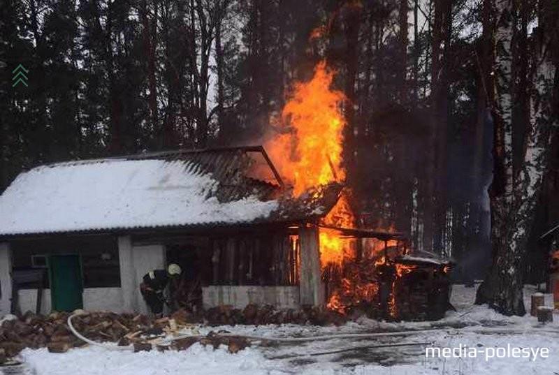 Сарай в деревне Вяз горел открытым огнём