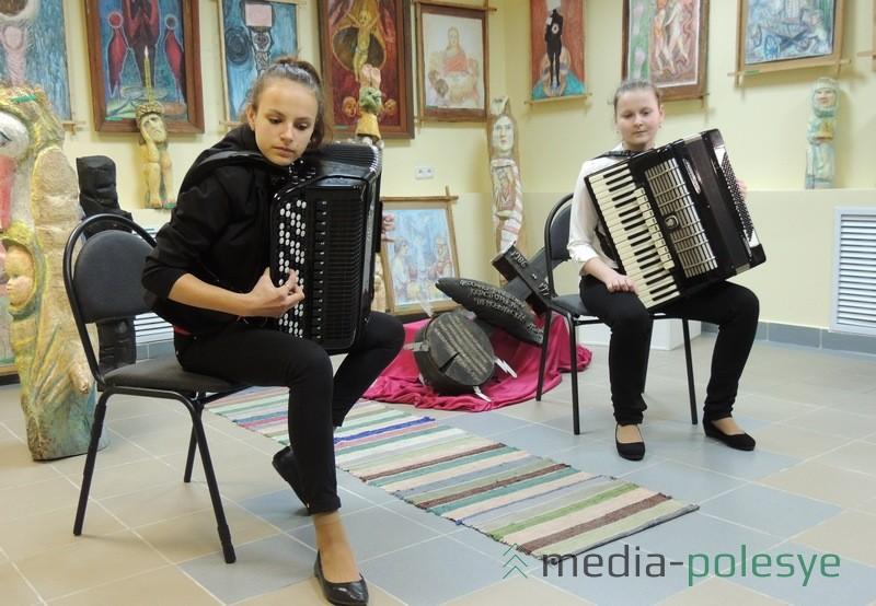 Музычнае суправаджэнне вучаніц Рэчыцкай школы мастацтваў Дар'і Гізун і Вікторыі Дзенісовіч