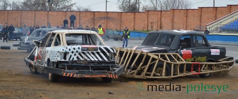Владельцы дают названия своим автомонстрам. Наприме , Москвич с огромным тараном (слева) называется Митяй