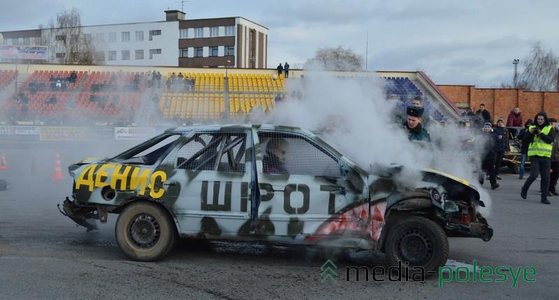 Денис Клищевский победил. Его «Форд» смог сам выехать за пределы арены и сразу же окутался паром