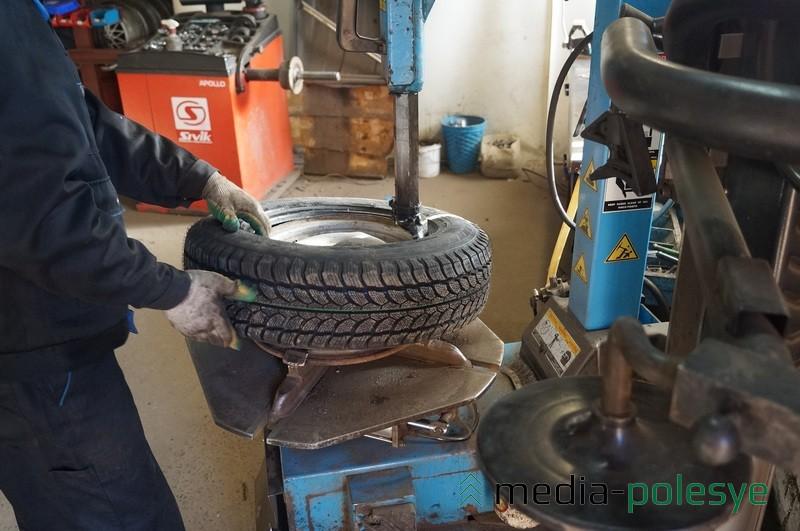 Лунинчане спешат сменить шины до наступления зимы