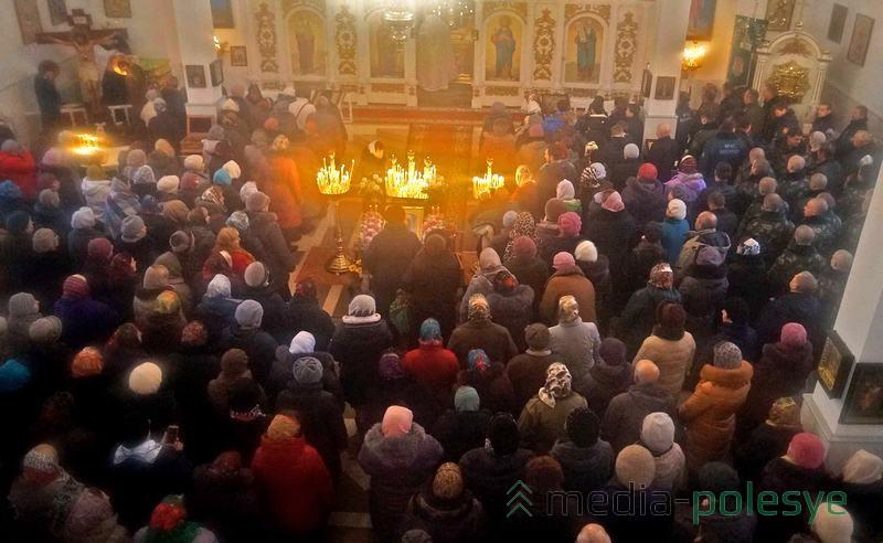 В церкви было много людей