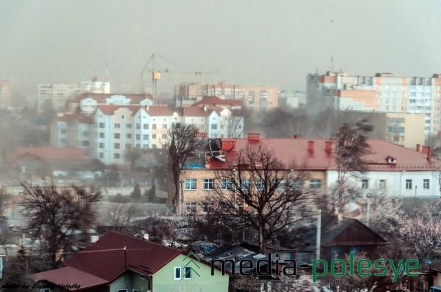 Шквал и ливень на улице Превомайской, в центре школа №6. Фото Евгения Володько из социальных сетей