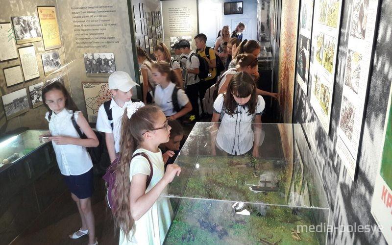 Экспозицию музея на колёсах с интересом рассматривают юные посетители