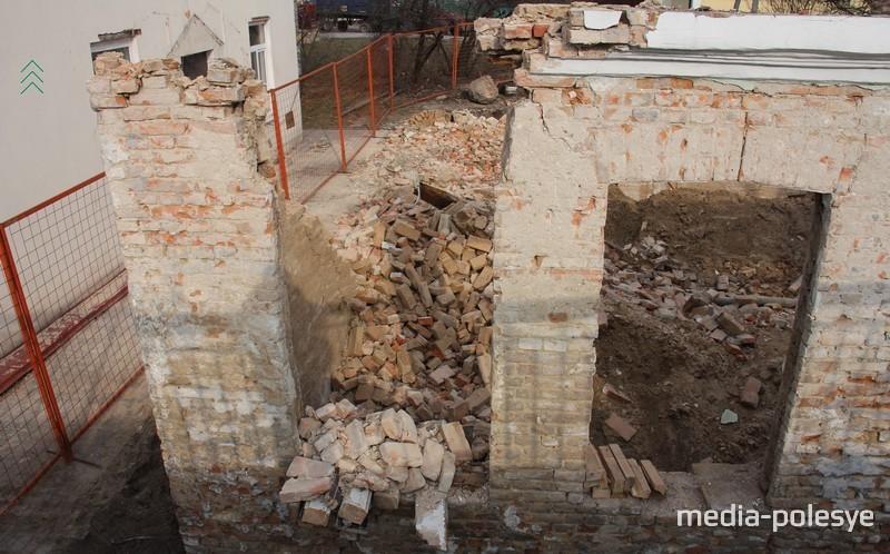 В Пинске разобрали повреждённое историческое здание