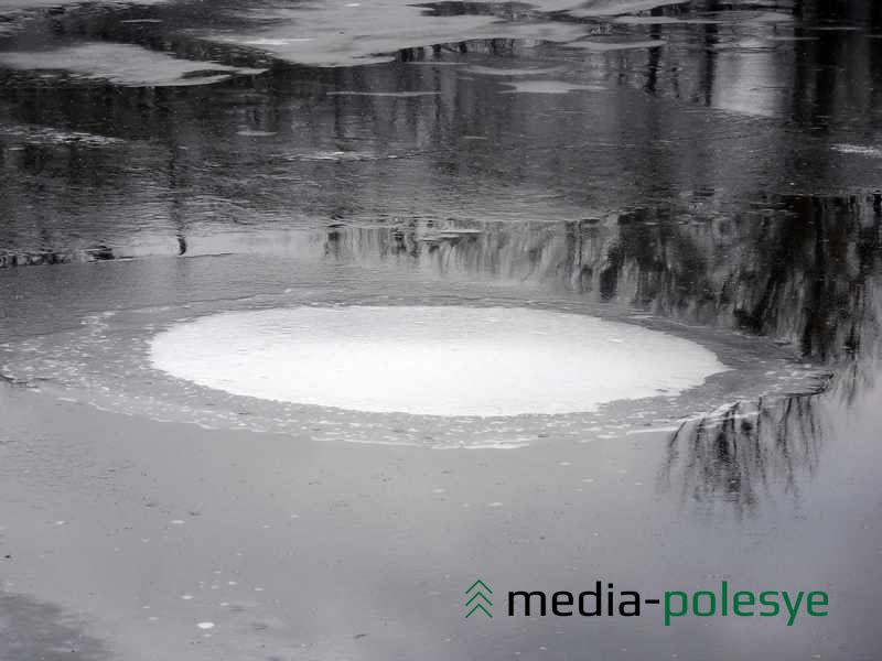 Под тонким льдом образовался воздушный купол почти правильной окружности, похожий на фантастический портал