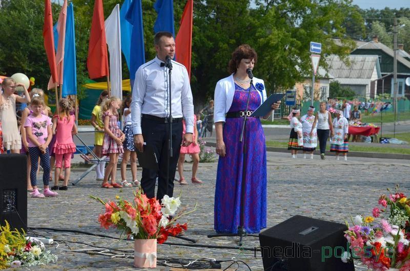 Ведущие праздничной программы Михаил Шикунец и Галина Цанда