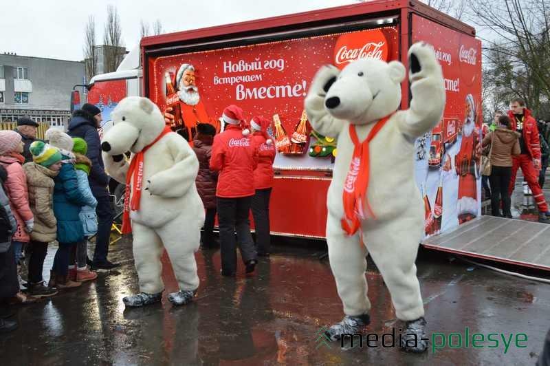 Надо отдать должное белым медведям – они зажигали толпу