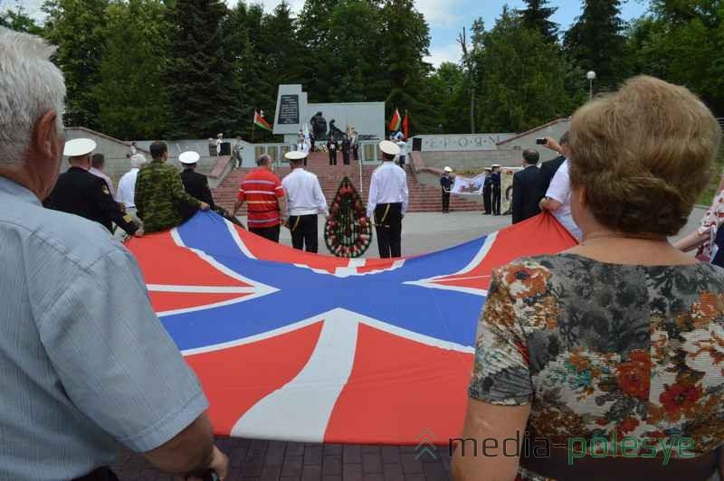 Ветераны флота привезли в Пинск Гюйс – это носовой флаг корабля