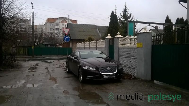 В Пинске на дороге без твёрдого покрытия можно увидеть авто премиум-класса