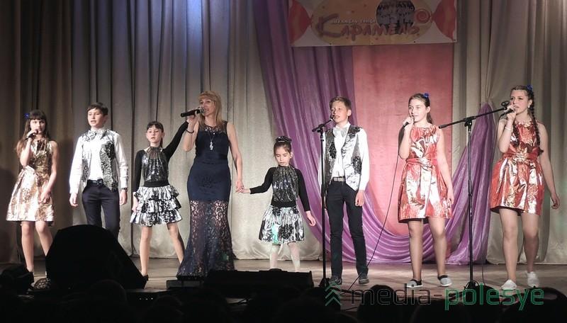 Участники студии эстрадной песни «Музыкальная капель» тоже дарили своё творчество зрителям