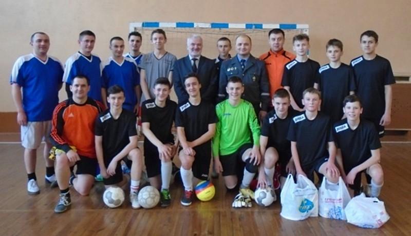 Участники игры по мини-футболу