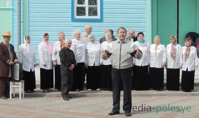 Выступает народный хор ветеранов Столинского ГДК