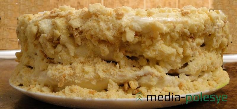 Утром растереть крем по бокам (он выступит под грузом). Обсыпать крошкой края и верх торта.