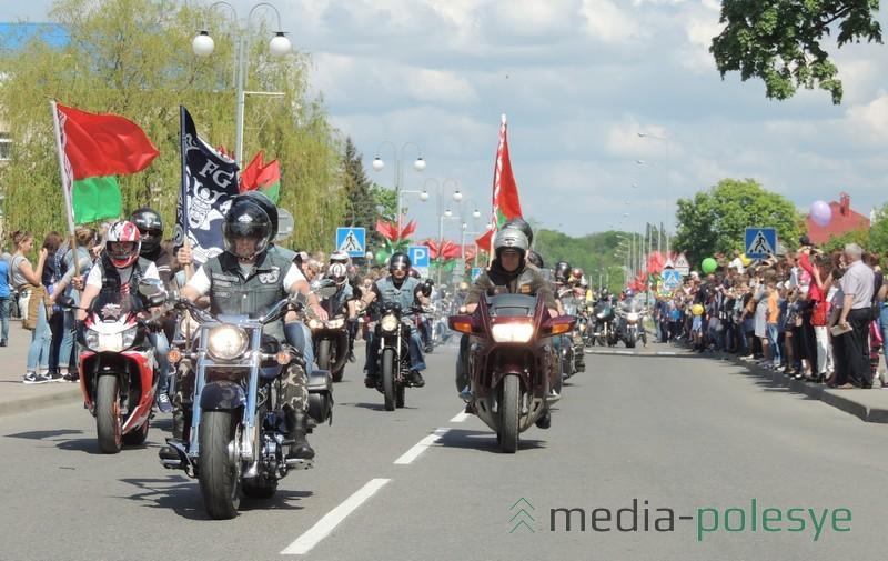 Байкеры едут вдоль площади Ленина