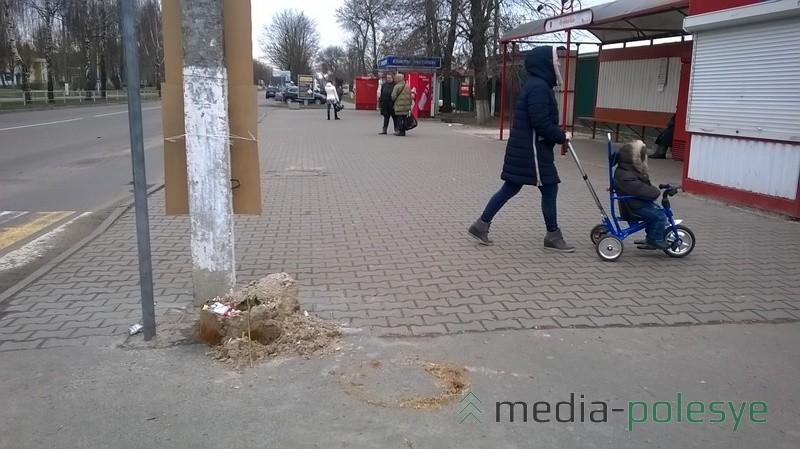 Остановка «Учебная база» с другой стороны улицы. Здесь кучка песка превратилась в кучу мусора
