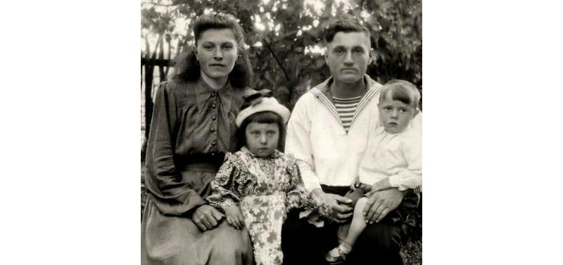 Николай Ульянович и Ольга Антоновна с маленькими Феофанией и Ульяном
