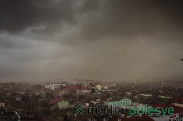 Улица Первомайская перед бурей. Фото Евгения Володько из социальных сетей