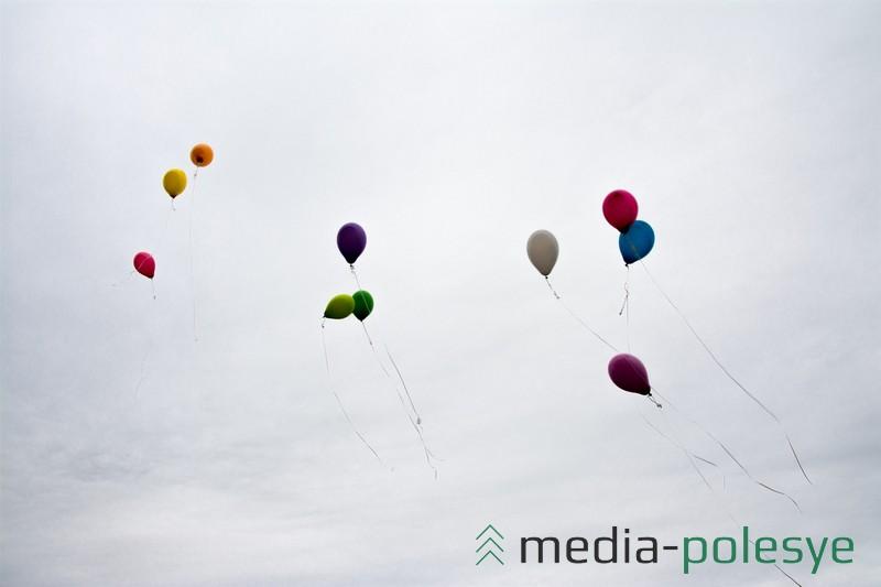 Выпускники на прощание загадали желания и выпустили воздушные шары в небо