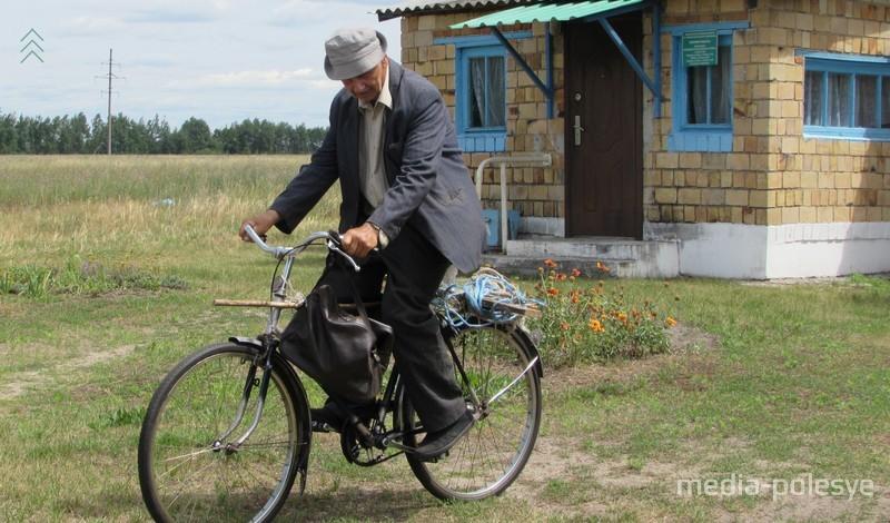 Алексей Иванович приехал из Малых Дворец за таблетками и измерить давление. 10 километров на велосипеде до деревни и ещё 2 километра до ФАПа