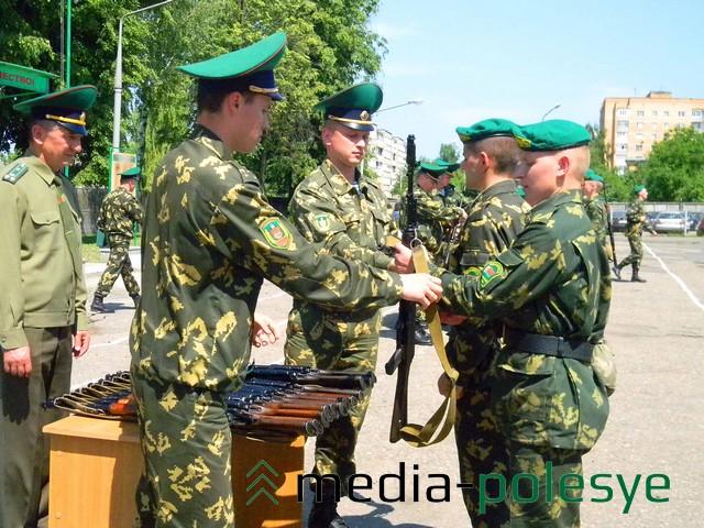 Вручение оружия бойцам