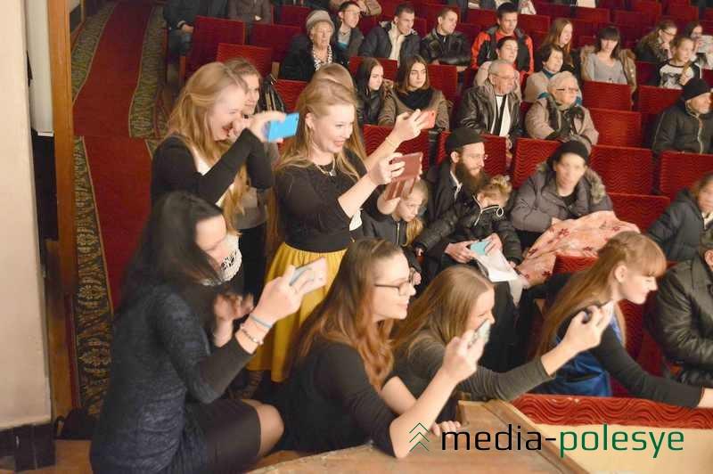 Фанатки снимали концерт на планшеты и смартфоны