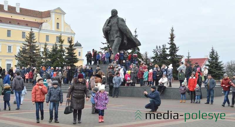 Памятник Ленину облепили дети