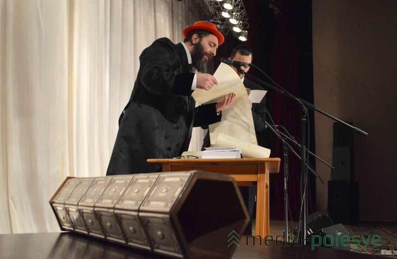 Раввин Моше Фима читает свиток Эстер