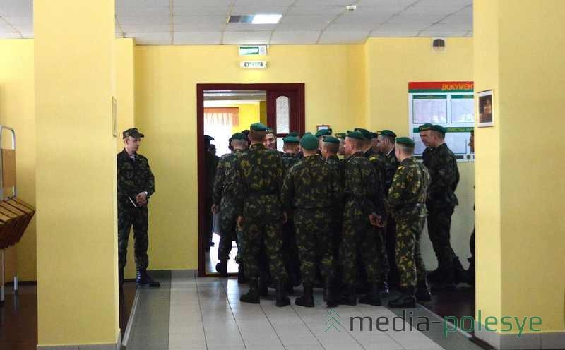 Бойцы приветствуют своих товарищей с других застав
