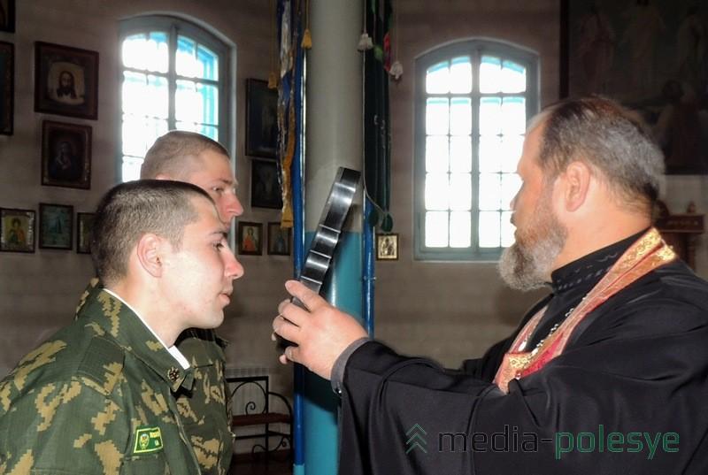 Благословение от священника получили все солдаты, присутствовавшие во время передачи икон