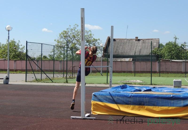 Никита Лесько соревнуется в прыжках в высоту