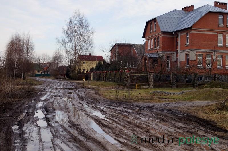 если соседи не вытянут машину из грязи, так и будешь стоять среди улицы…