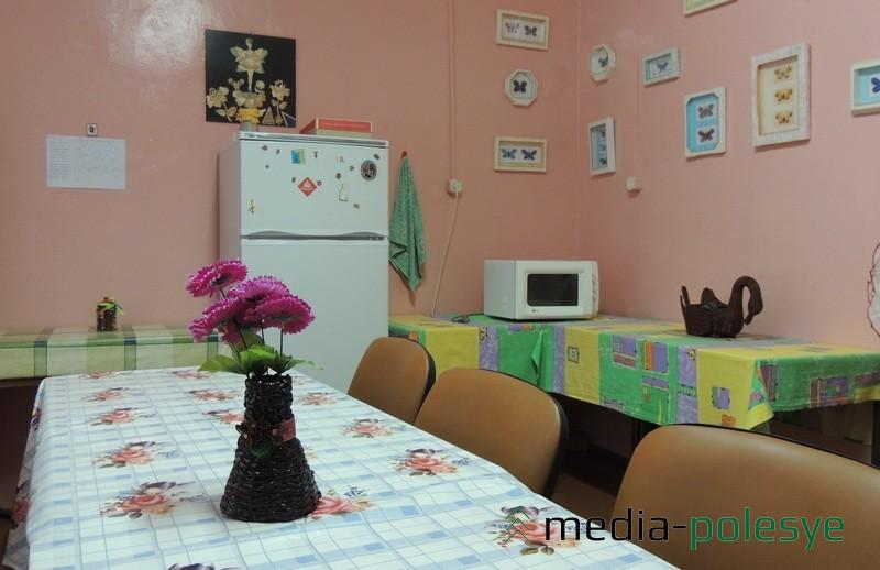 Комната приёма пищи, где молодые люди могут разогреть принесённую с собой еду