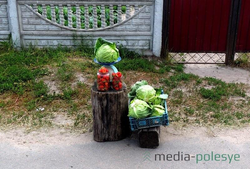 Вместе с овощами продают первую клубнику