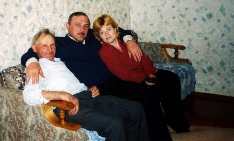 Николай Ульянович с сыном и невесткой в доме в Бережном