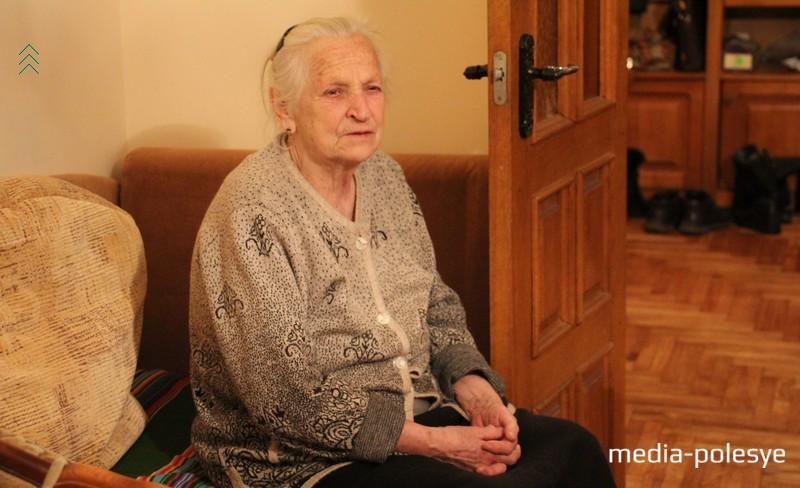 Бабушка Александра – Анна Антоновна: «Внук мне очень помогал…Я прошлый год болела, так возил на машине по врачам. Думала, что он будет хорошим солдатом, а его там замучили в армии, как фашисты. Теперь никому не советую в эту армию идти, Саша своим телом сыновей других людей прыкрыл»