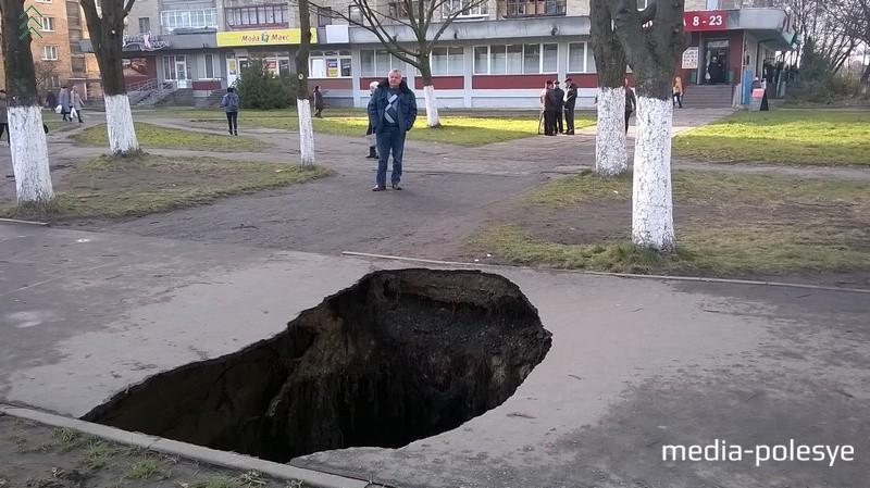 Два месяца назад подобная промоина образовалась на улице Превомайской