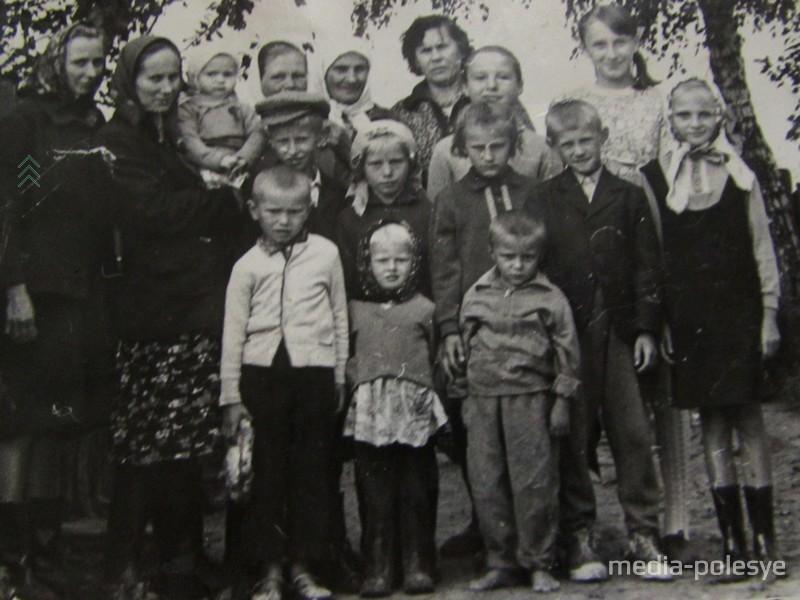 Мама Агафья с внуками