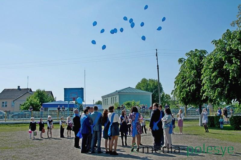 Свои желания вместе с шарами выпускники выпустили в небо