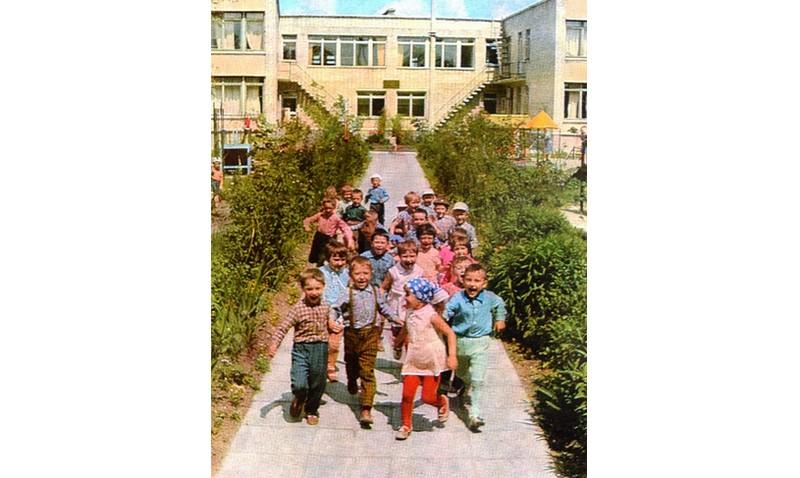 Детский сад №25. В этом светлом, сияющем чистотою двухэтажном детском саду по улице Гайдаенко привольно детворе. В просторном дворе с фонтаном и цветниками, интересными и забавными сооружениями на игровых площадках целыми днями не смолкает радостный детский смех.