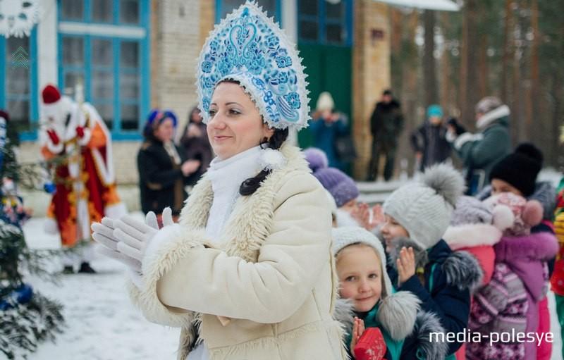 Здесь Дедушка Мороз ( Василий Шелягович) и Снегурочка (Ольга Шохан) водят с ребятами хороводы, танцуют, фотографируются на память