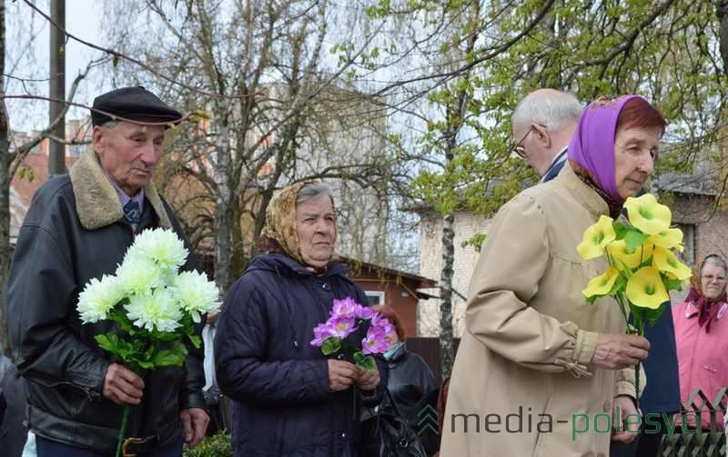 Члены организации малолетних узников фашизма несут цветы к монументу