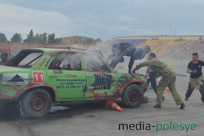 Пилота из Иваново эвакуируют из горящего авто