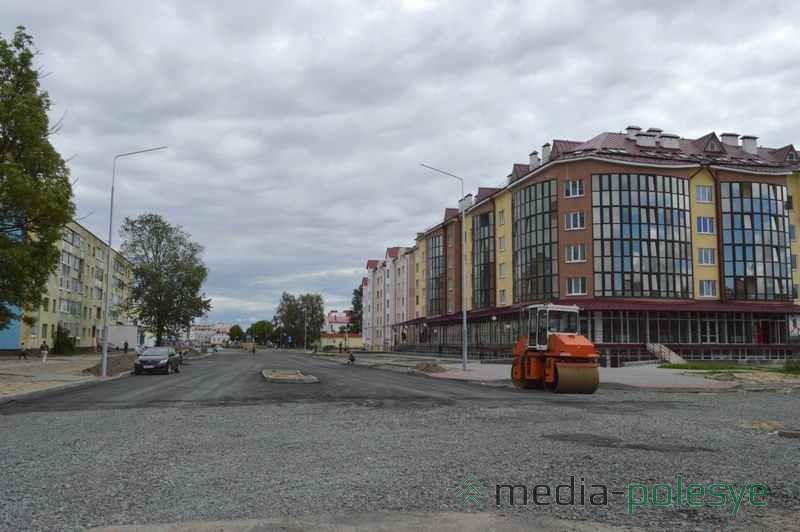 Первый слой асфальта на части улицы уже уложен