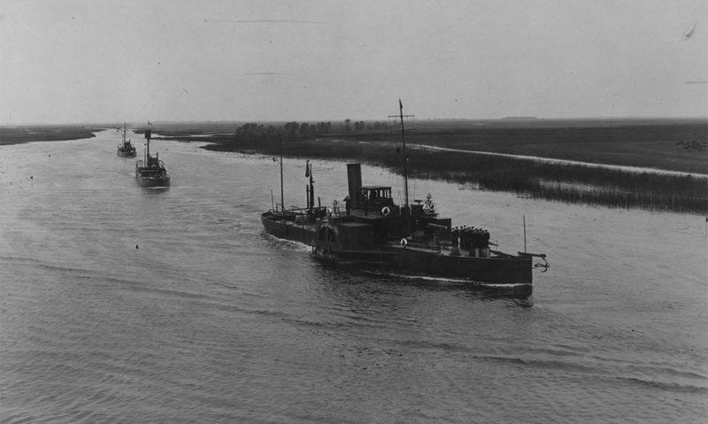 Не совсем Пинск — Пинская флотилия на Припяти, 1922–1931. Посмотрите на природу: болотистая местность, туман, поля до горизонта. Настоящая Беларусь.