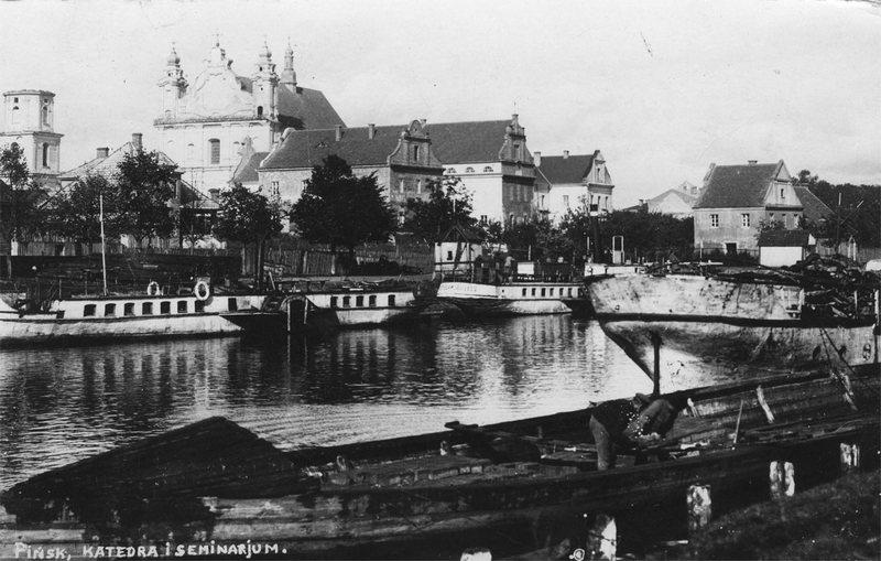 Центр Пинска, 1930–1939. Обратите внимание на башню, у которой нет крыши, а также на огромное количество лодок. С этого ракурса Пинск напоминает Амстердам.
