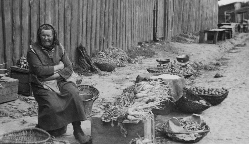 Пристально всматривающаяся продавщица овощей, 1932