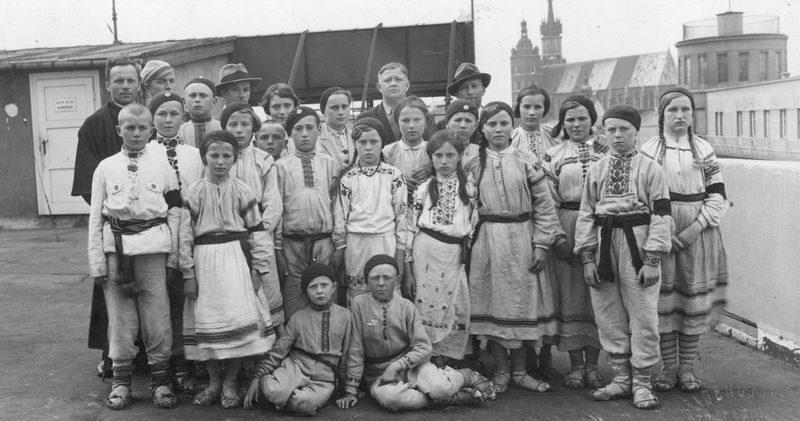 Прекрасная фотография 1935 года. Ученики начальной школы из Пинска во время поездки в Краков. Одеты в «региональные костюмы» и находятся на крыше Дворца Печати. Всмотритесь в эти лица, посмотрите на лапти, узоры.